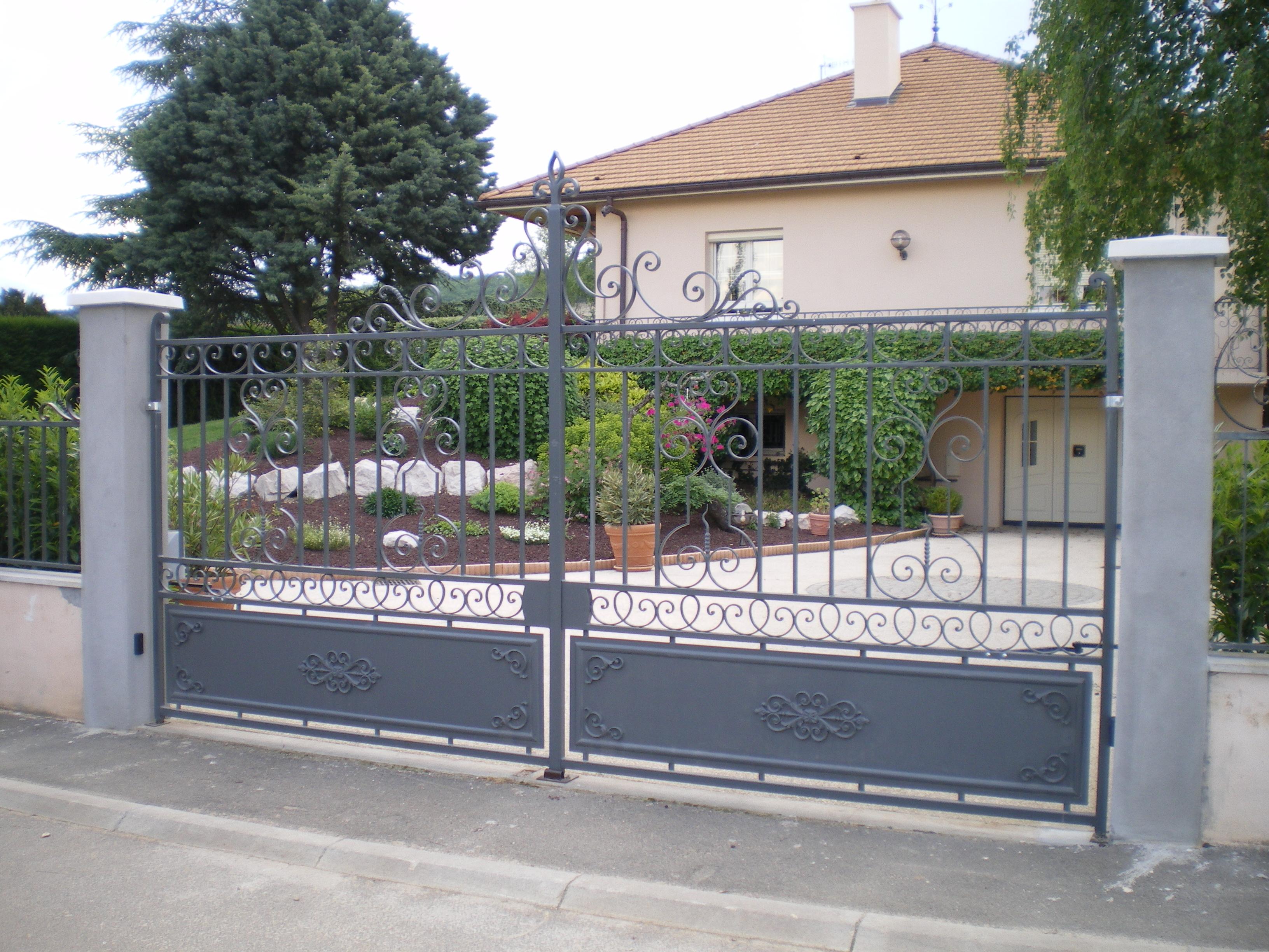 Portail en fer forgé pour l'entrée d'une villa
